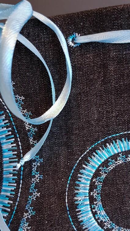 Een detailfoto van de stiksels